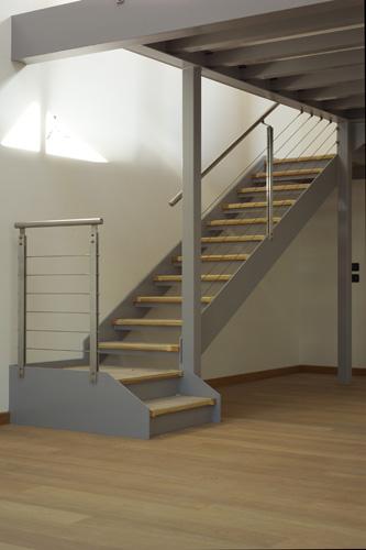 Casa acciaio la corte interna con lo specchio duacqua e for Case in acciaio e legno