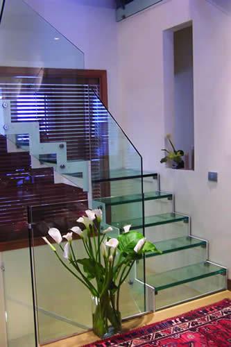Scale metalliche resistenti e a norma con la medesima - Casa in acciaio e vetro ...